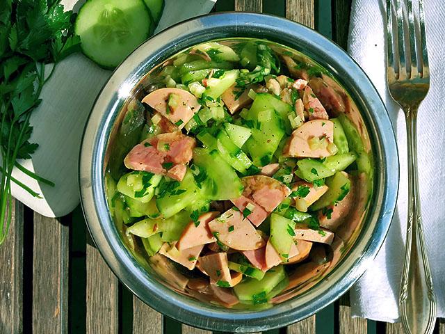 Fleischwurst, Gurke und Suelze Salat