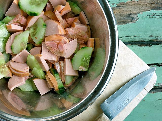 Fleischwurstsalat in Schuessel ohne Dressing