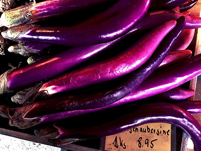 Längliche Auberginen violett