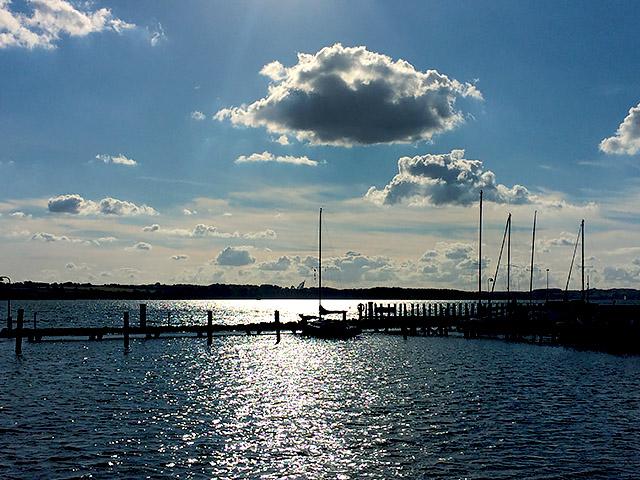 Segelschiff im Hafen allein