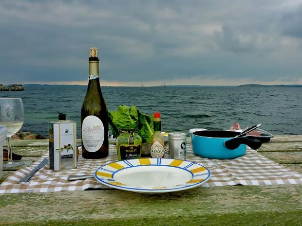 Tisch gedeckt am Strand