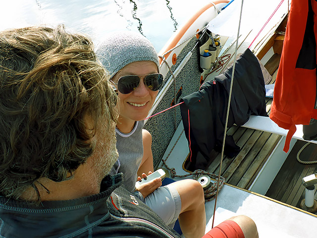 Die See kocht Segler im Cockpit