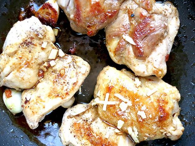 Hähnchenfleisch mit Soja und Ingwer angebraten
