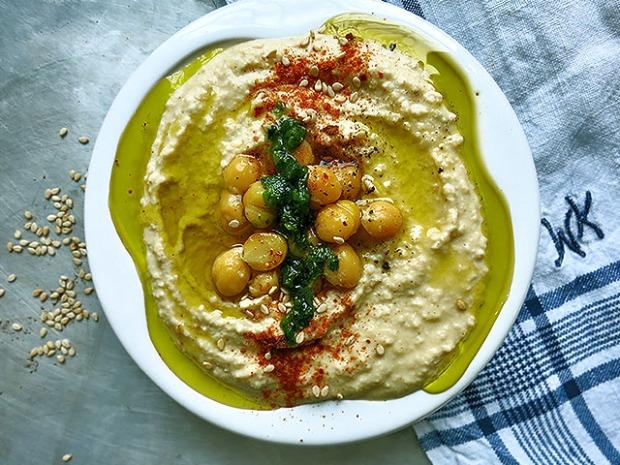 Hummus mit jemenitischem Zhuk und Olivenöl