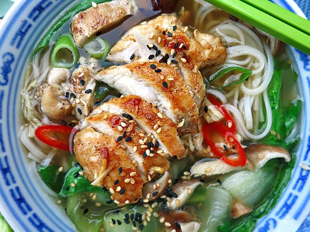 Hühnersuppe mit Pak Choy und Ingwer