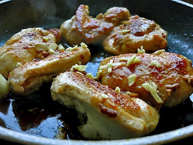 Hühnerkeulenfleisch mit Ingwer anbraten