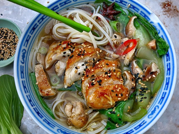 Hühner Ingwer Nudelsuppe mit Pak Choy
