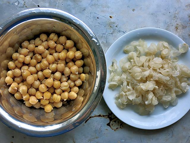 kichererbsen und Häutchen für hummus gepellt
