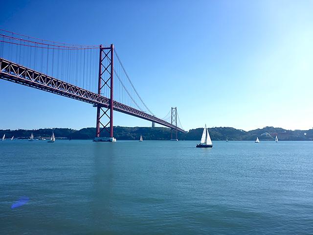 Ponte 25 de Abril Sonntags Regatta Tejo