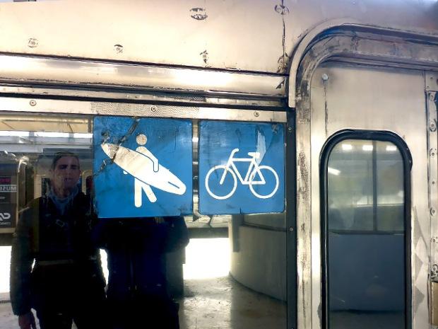 Surferabteil im Zug nach Cascais