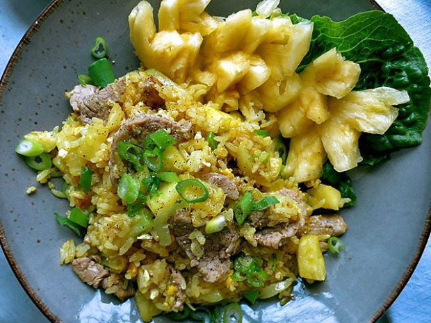 Curry Fried Rice Ananas serviert