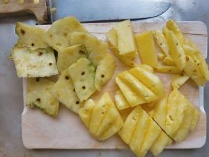 Ananas richtig schneiden