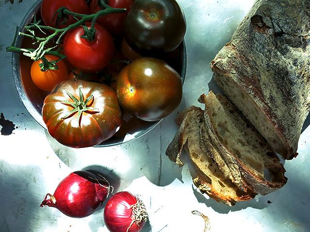 Panzanella mit Brot Zwiebeln Tomaten