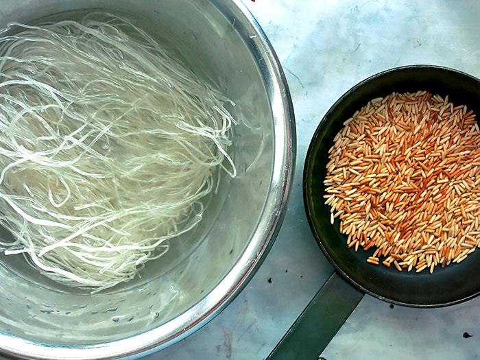 eingeweichte Glasnudeln gerösteter Reis