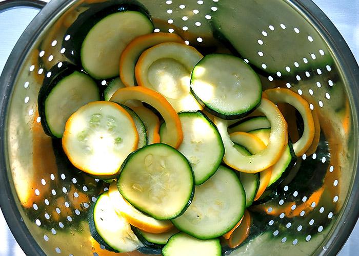 Zucchini entwässern mit Salz