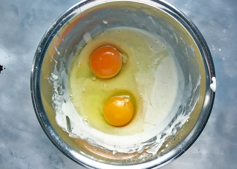 Eier ganz in den Kaiserschmarrn Teig