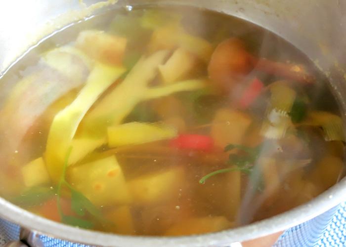 Gemüsefond für Kürbissuppe selber machen
