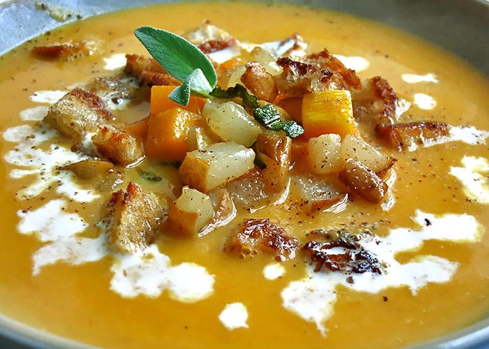 Butternut Kürbissuppe mit Birne und Croutons