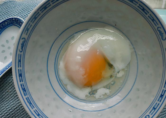 Halbrohes Ei für thailändischen Jok