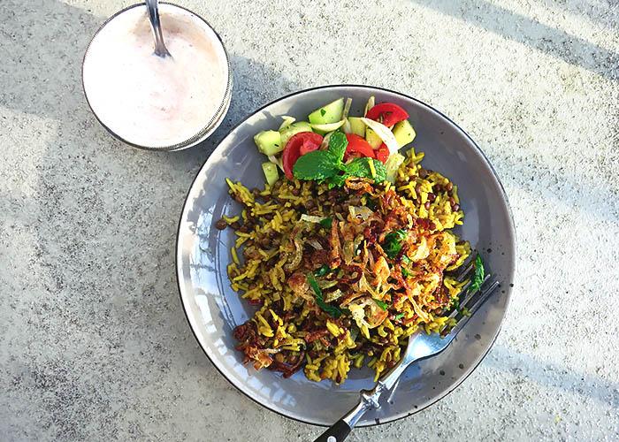 Mujaddara mit Salat und Joghurt