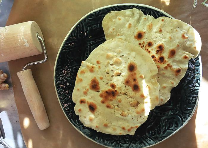 Aus der Pfanne: Roti auf Teller
