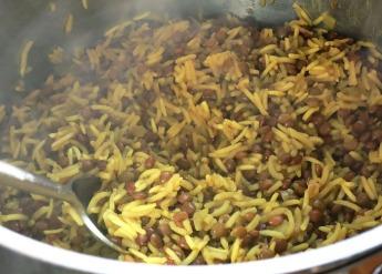 Mujaddara Linsen mit Reis kochen