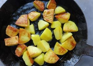 Krosse bratkartoffeln braten