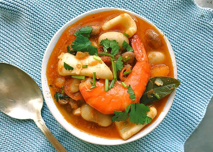 Portugiesischer Eintopf mit Bohnen und Meeresfrüchten
