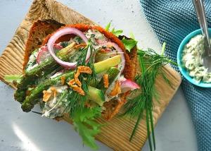veganer Fischburger mit Frühlingsgemüse