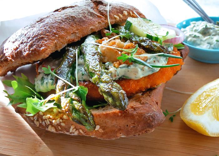 Fischburger mit Spargel angebraten