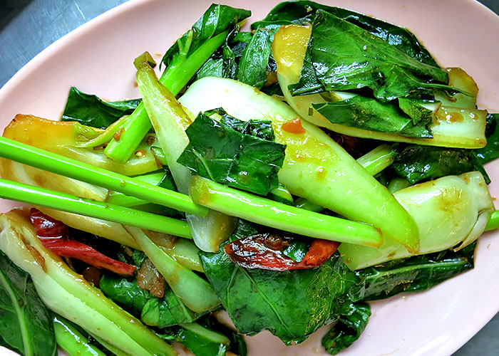 Kohlrabiblaetter aus dem Wok Thai Stlye vegan
