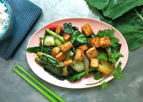 Kohlrabi Blaetter Wok stir fry mit Tofu Wuerfeln