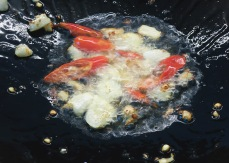 Knoblauch und Chili frittieren