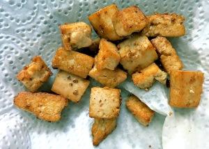 veganer Frittierter Tofu richtig entfettet