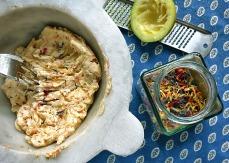 bunte Kräuterbutter mit Salade de fleurs