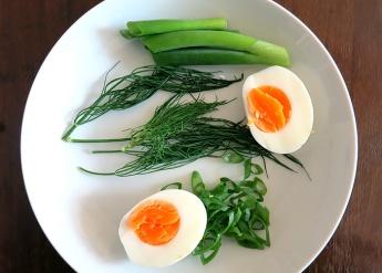 Eier, Dill und Frühlingszwiebel als Einlage