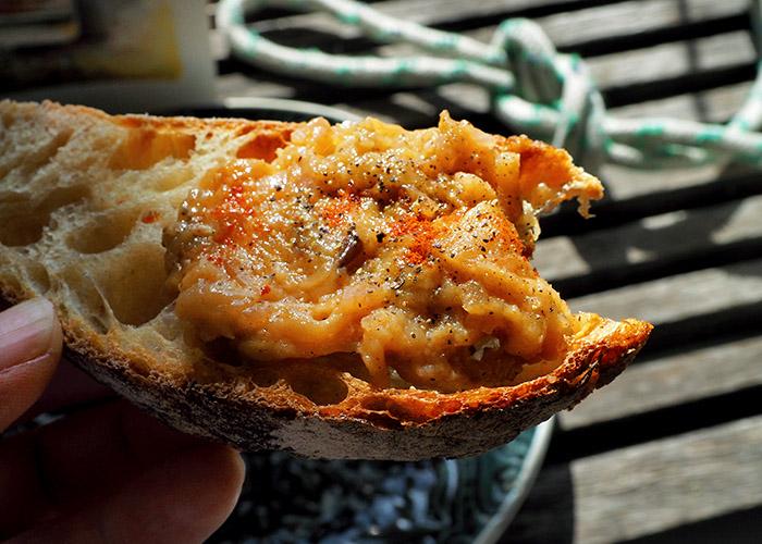 Auberginenkaviar auf Brot