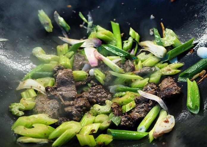 5 min Wok mit Rind und grünem Gemüse