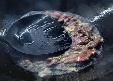 Fleisch scharf anbraten, ohne es zu wenden